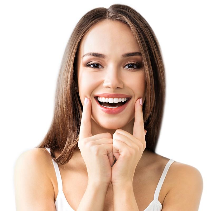 Slika devojke koja se smeje i drži oba kažiprsta na obrazima