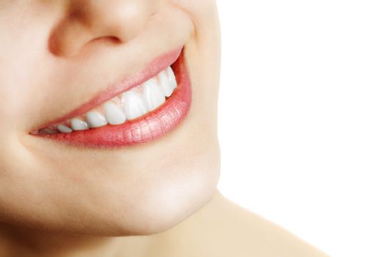 Slika blistavo belog ženskog osmeha