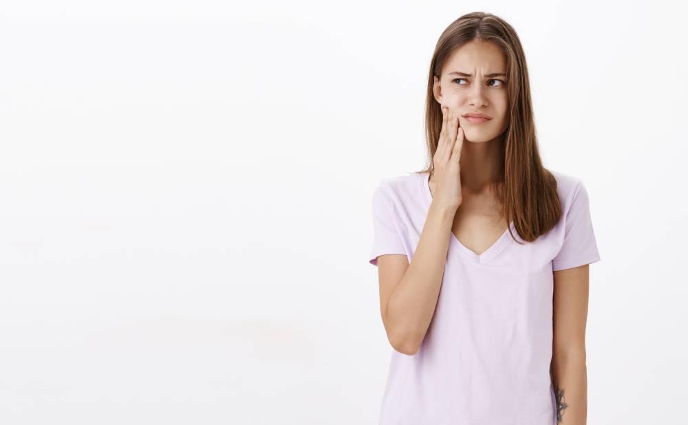 Devojka koju boli zub i treba da ide na pregled kod lekara