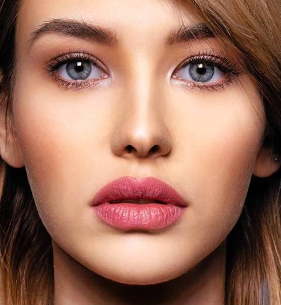 Slika lepe devojke sa povećanim usnama