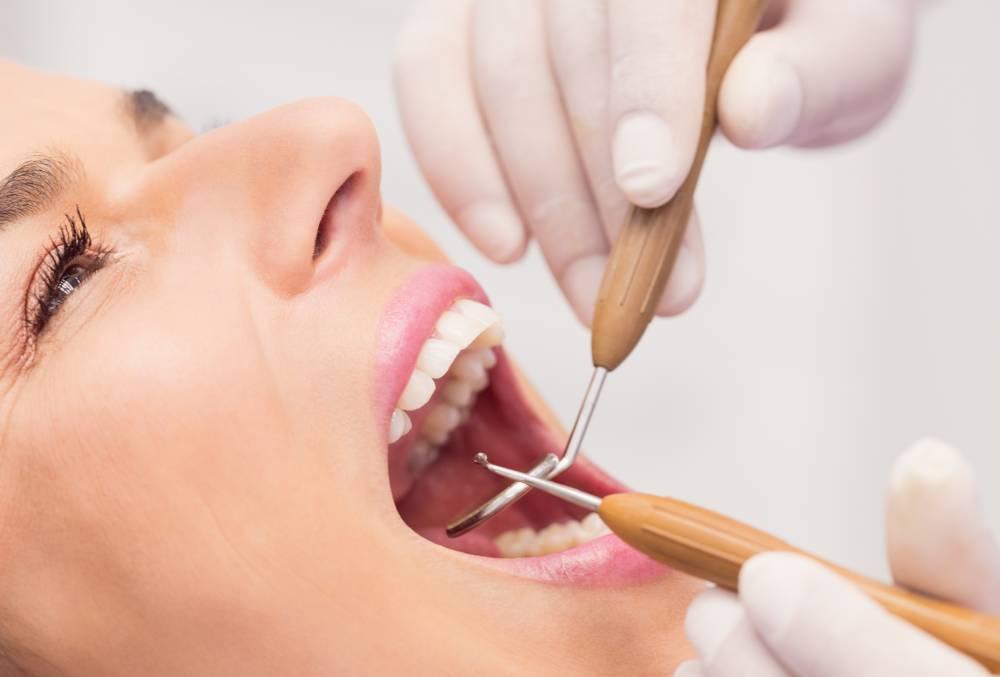Devoja na pregledu u stomatološkoj ordinaciji Dentalia na pregledu zuba