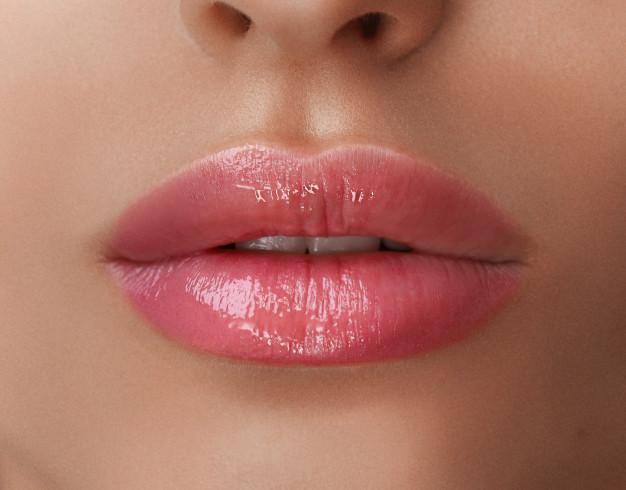 Krupan kadar na povećane ženske usne hijaluronskim filerom