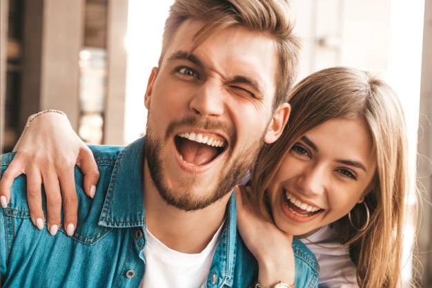 Dečko i devojka nakon ponovnog pregleda za zubni kamenac