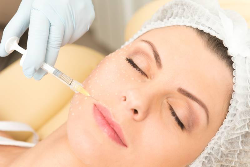 Devojka u Dentalia dental centru prima mezoteraiju