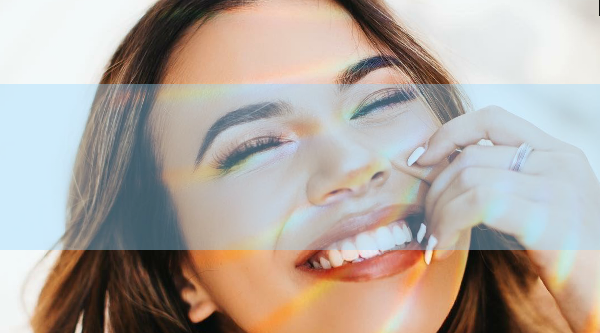 Devojka sa belim osmehom jer je naučila kako da ima zdrave zube zauvek