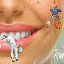 šaljivi crtež zuba i usana gde moler farba zube četkom