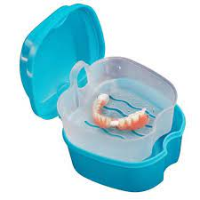 Proteza za zube u posebnoj posudi za održavanje